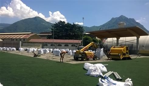 Recualificación del terreno de juego a través de la eliminación del viejo tapiz de césped sintéti...
